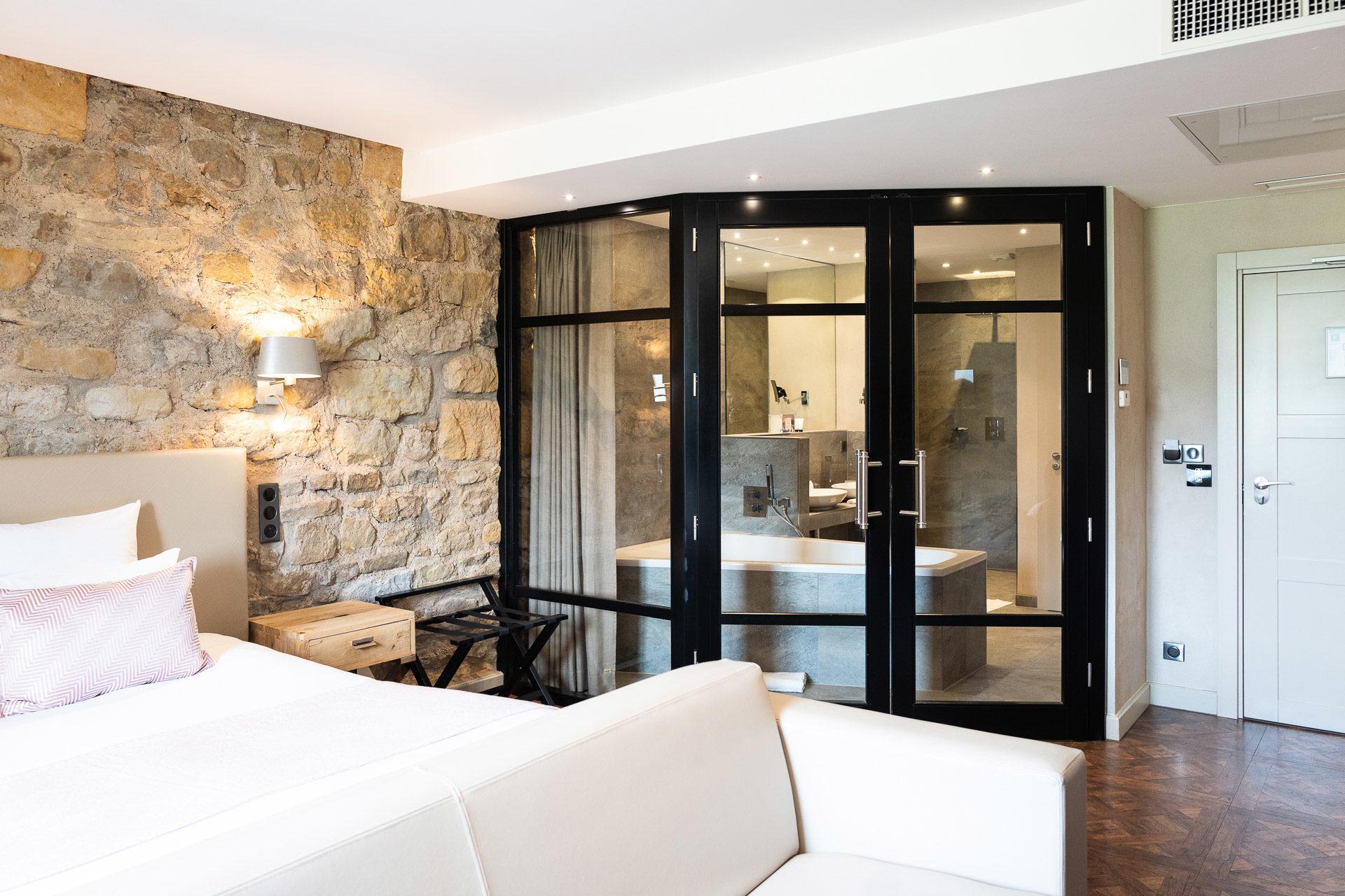 Menuiserie George Hotel porte double vitrée en bois noir